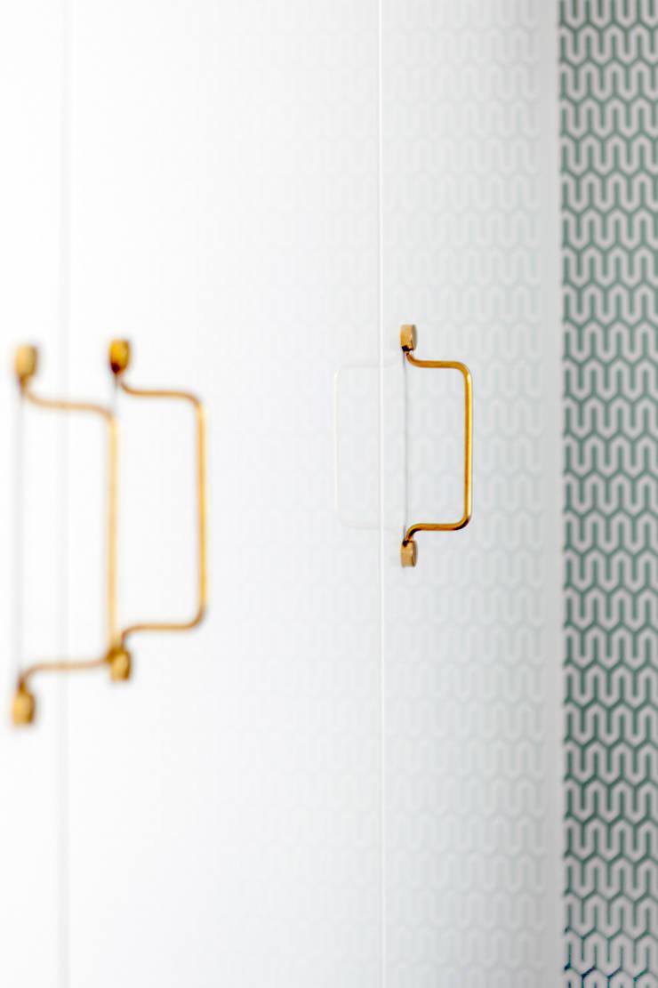 Our photoshoot of apartment design by JT Grupa Architects 2: styl , w kategorii Garderoba zaprojektowany przez Ayuko Studio ,