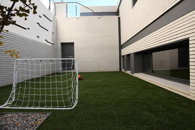 DO Alella House: Jardines de estilo  de EAIM Estudio de Arquitectura e Ingenieria Mirtolini