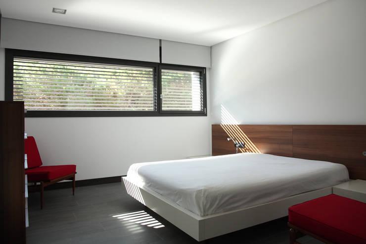 DO Alella House: Dormitorios de estilo  de EAIM Estudio de Arquitectura e Ingenieria Mirtolini