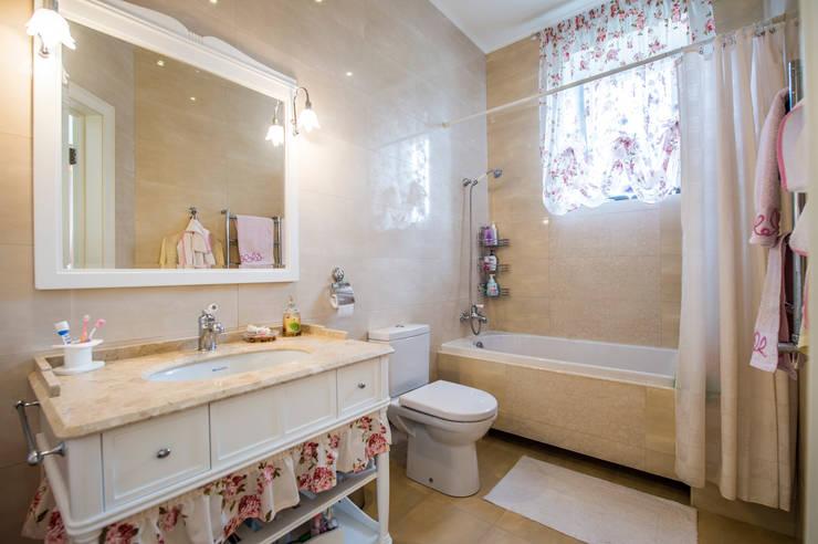 Ванная комната для маленькой леди Ванная в классическом стиле от LUXER DESIGN Классический