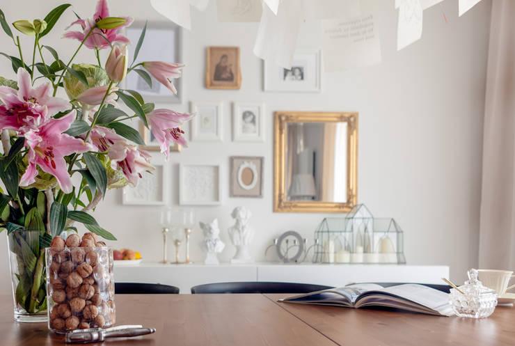 Sala da pranzo in stile in stile Classico di Ayuko Studio