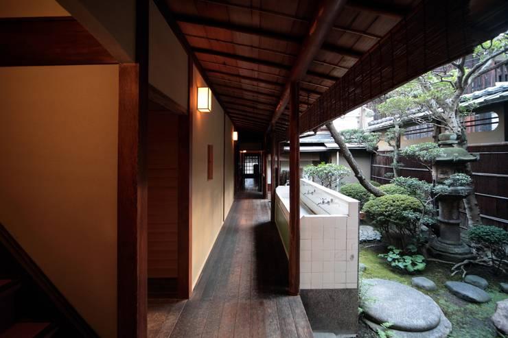 旅館花屋: 花屋設計部が手掛けた廊下 & 玄関です。