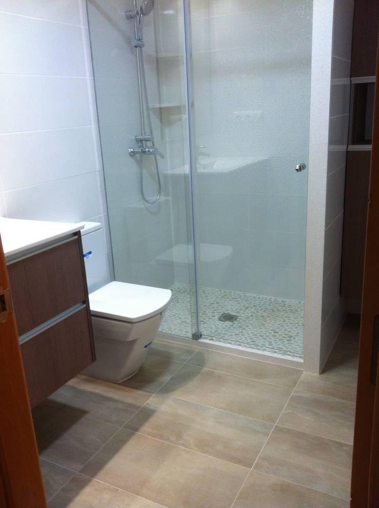 Cuartos de baño con platos de ducha de obra con piedra natural. von ...