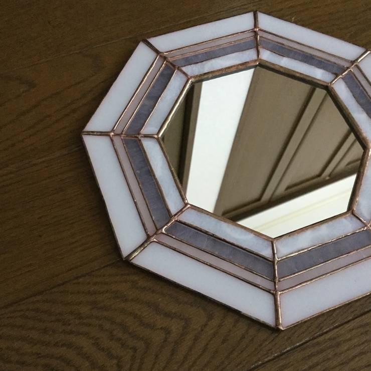 ステンドグラス 風水八角鏡 ホワイト: ステンドグラス アトリエ ダブルオウエイトが手掛けた壁&床です。,