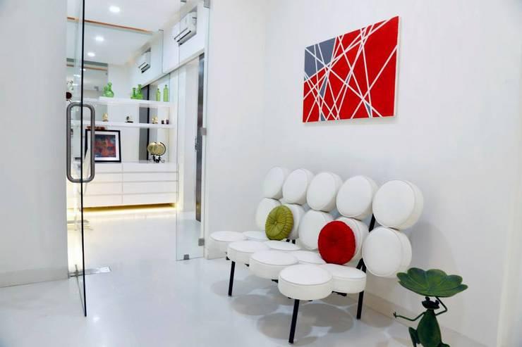 Mr.Reddy Residence:  Corridor & hallway by Uber space