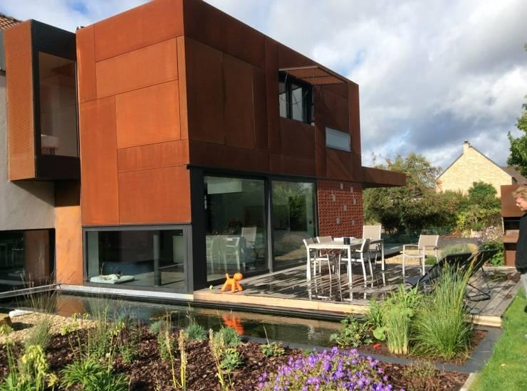 M_062: Maisons de style  par Qbrik Architecture
