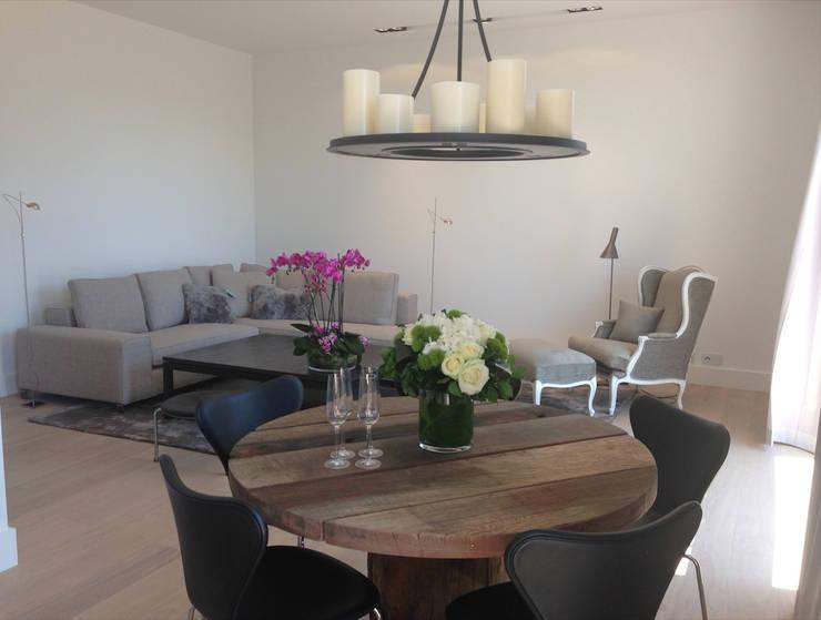 Rénovation contemporaines: Salle à manger de style  par Amber-Design