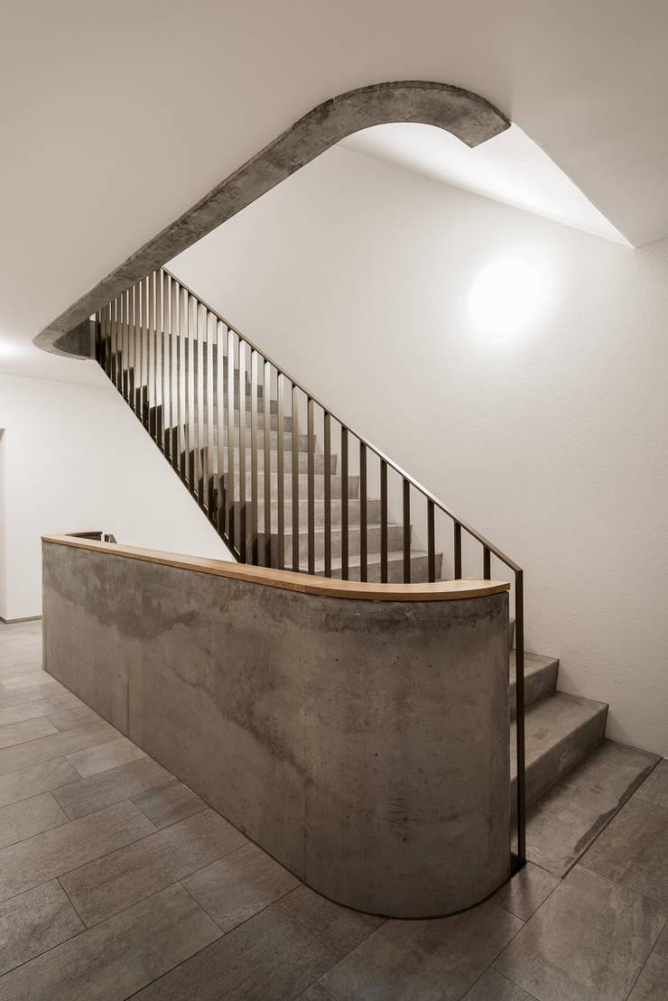 Treppenhaus:  Flur & Diele von Giesser Architektur + Planung,Modern Beton