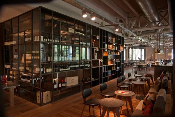 BAR TOMATE: Vestíbulos, pasillos y escaleras de estilo  por Diseño Integral En Madera S.A de C.V.