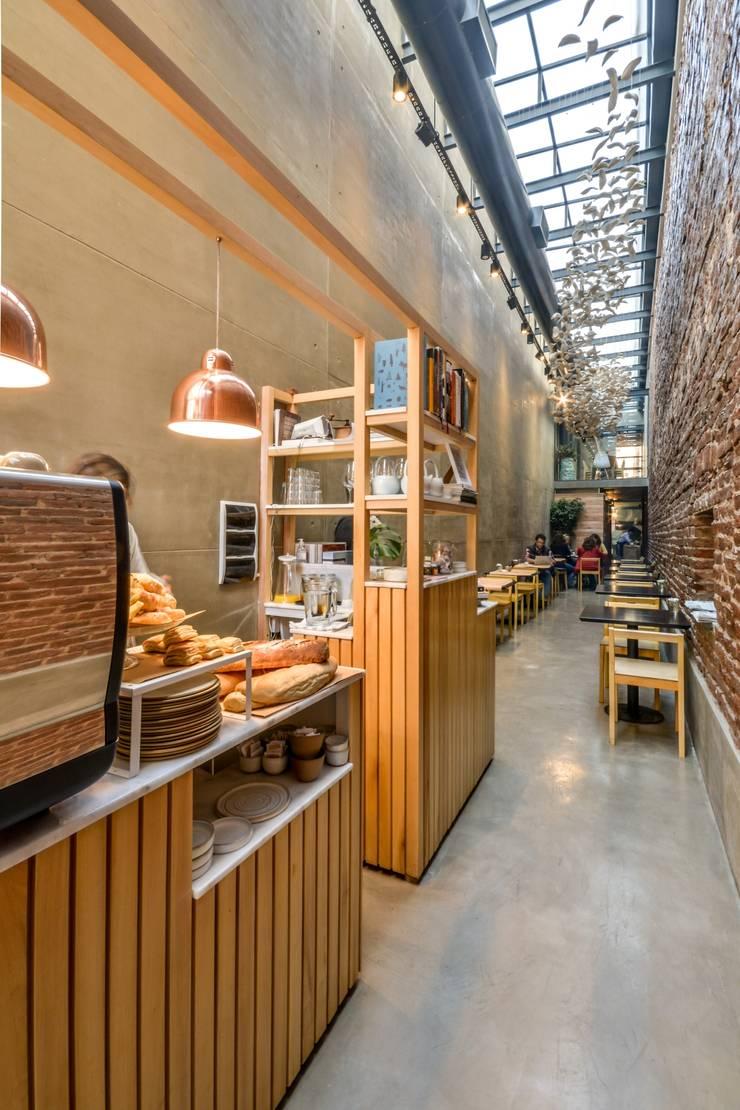 INTERIORES EL PAPAGAYO RESTAURANT: Gastronomía de estilo  por CAPÓ estudio,