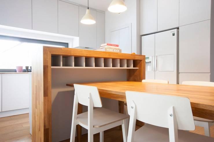 Projekt wnętrz domu w Białołęce: styl , w kategorii Jadalnia zaprojektowany przez mech.build,Skandynawski