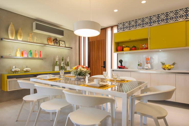 BANGALÔ/ PRAIA/ ÁREA 150M2: Salas de jantar modernas por arqMULTI
