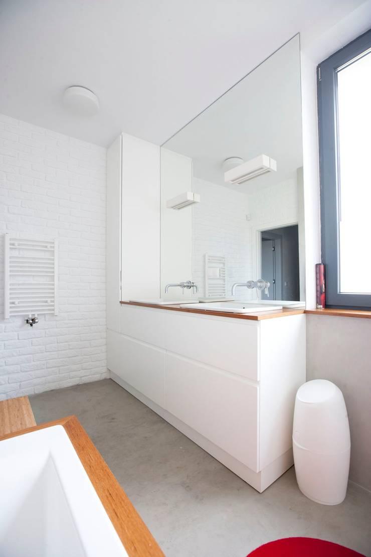 Projekt wnętrz domu w Białołęce: styl , w kategorii Łazienka zaprojektowany przez mech.build,Skandynawski