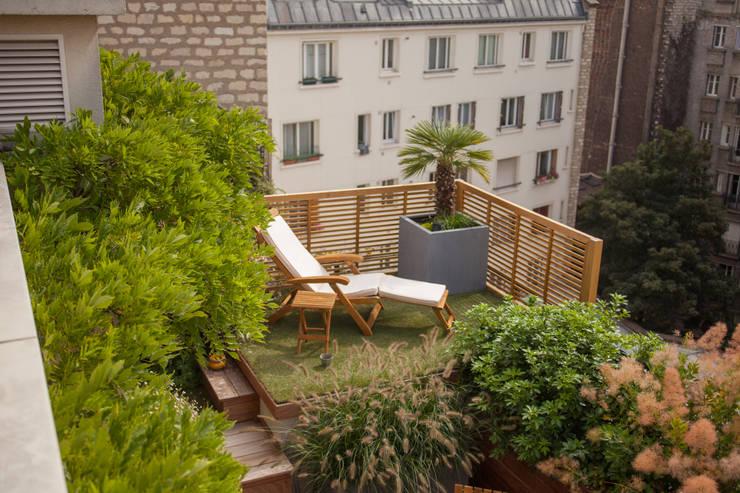 Duplex parisien: Terrasse de style  par L'esprit au vert