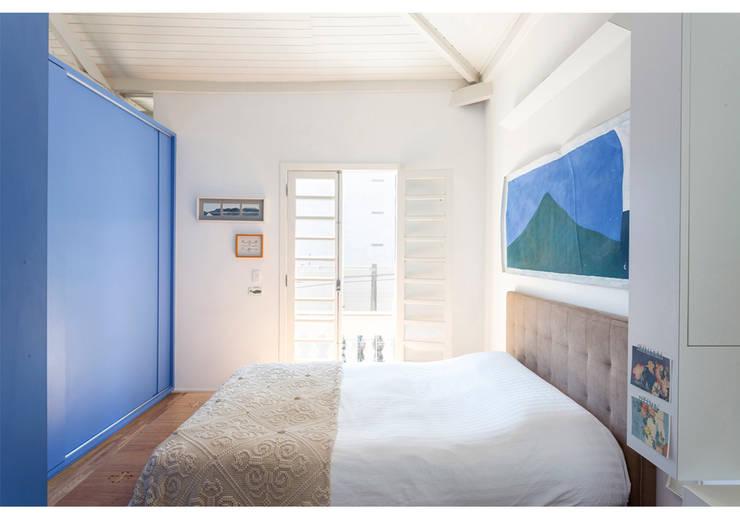 Camera da letto in stile in stile Minimalista di RSRG Arquitetos