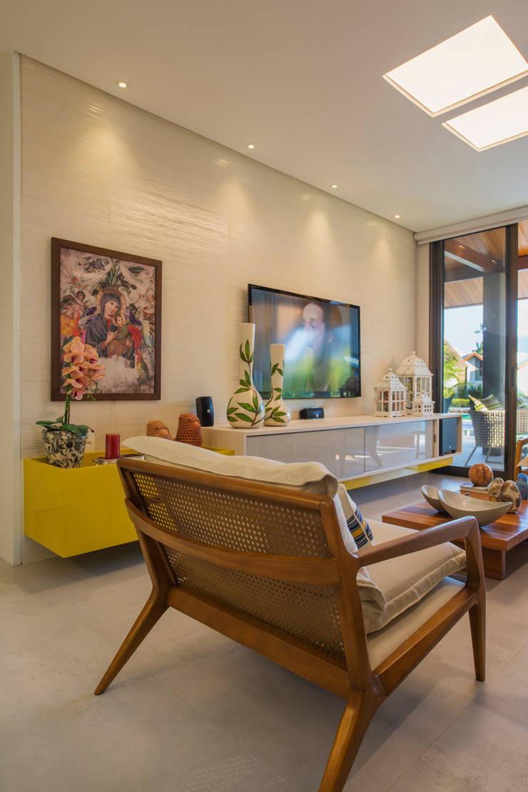 BANGALÔ/ PRAIA/ ÁREA 150M2: Salas de estar modernas por arqMULTI