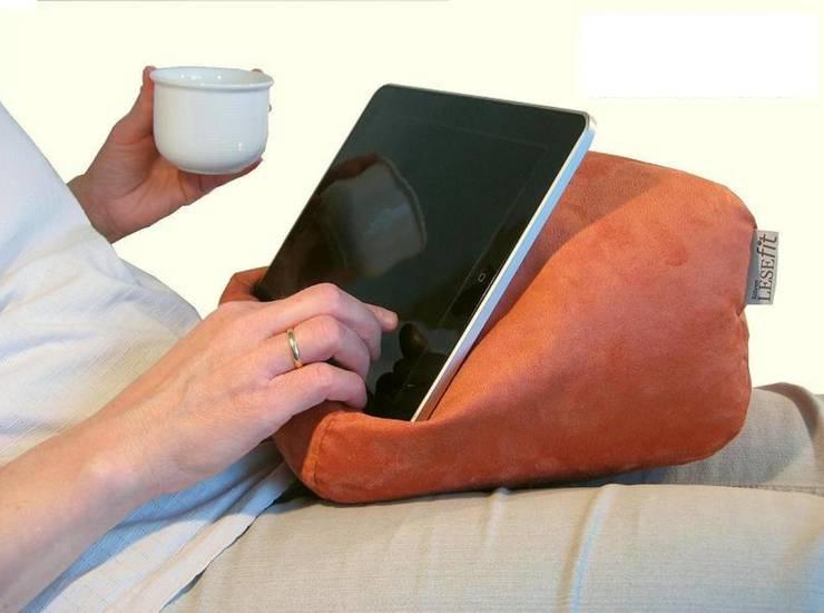Lesekissen  Tablet-Kissen  e-book-Reader-Halter: landhausstil Wohnzimmer von RÖHREN WOHNideen