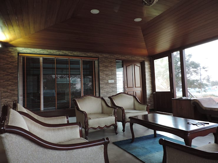 Dr. Anil's house:  Living room by Joby Joseph Interior