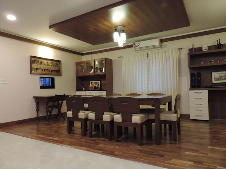 Dr. Anil's house:  Dining room by Joby Joseph Interior