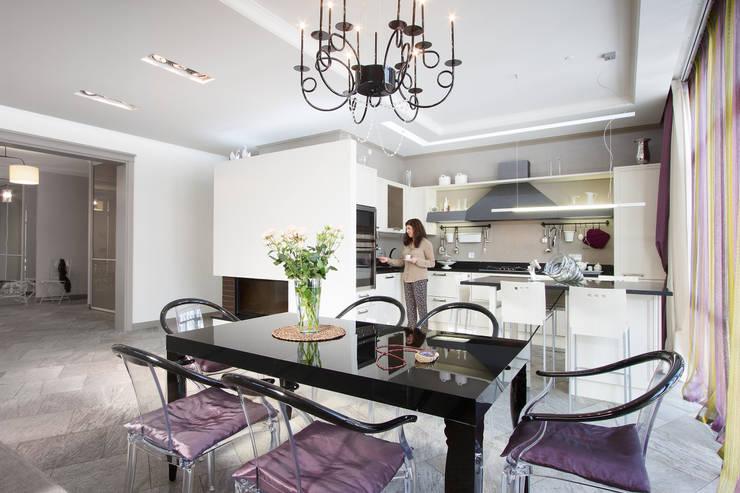 дом 240 м2  в черте города, проект реализован в 2010 году.: Кухни в . Автор – частный дизайнер  Милена  Федотова