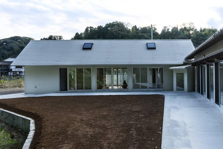 陶芸家と料理家のいえ(gallery SARAYAMA): 一級建築士事務所たかせaoが手掛けたテラス・ベランダです。