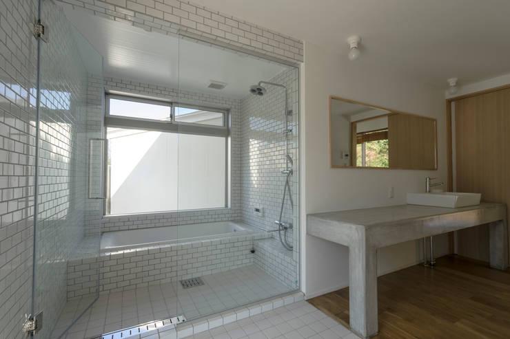 陶芸家と料理家のいえ(gallery SARAYAMA): 一級建築士事務所たかせaoが手掛けた浴室です。