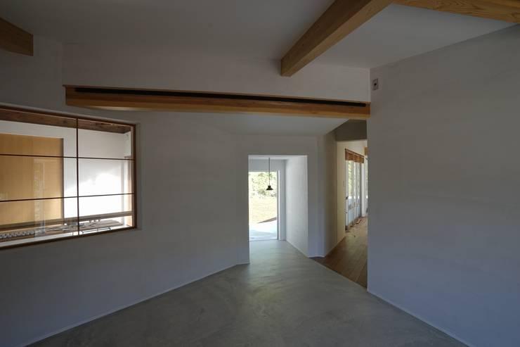 陶芸家と料理家のいえ(gallery SARAYAMA): 一級建築士事務所たかせaoが手掛けた廊下 & 玄関です。