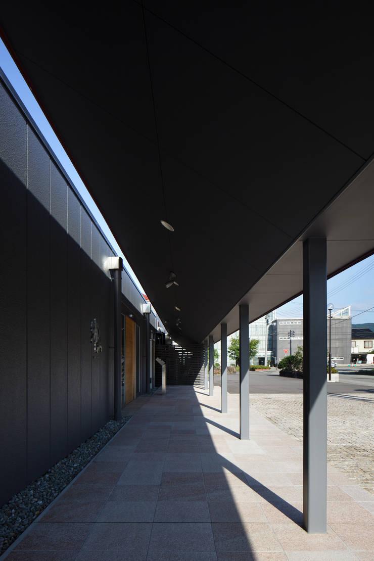 浦島東館: 原口剛建築設計事務所が手掛けた廊下 & 玄関です。,