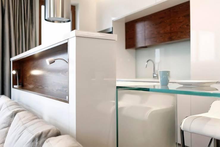 Mieszkanie w chmurach / Apartament in the clouds: styl , w kategorii Kuchnia zaprojektowany przez FLOW Franiak&Caturowa