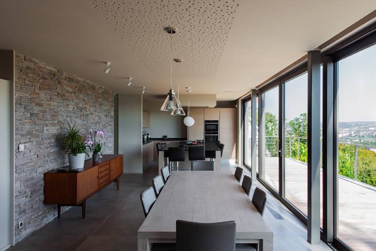 Transformation d'une habitation: Salle à manger de style  par BURO 5 architectes et associés