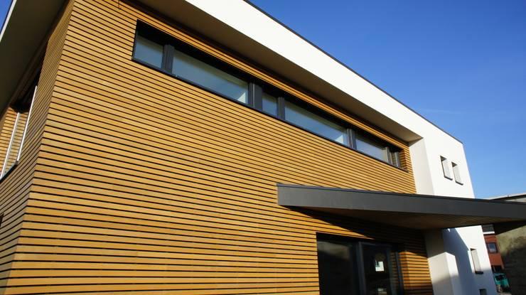 Maison passive en ossature bois: Maisons de style de style Moderne par Bureau d'Architectes Desmedt Purnelle