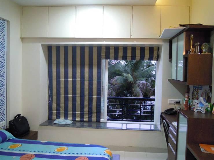 Punjabi's Residence.:  Bedroom by MAVERICK Architects