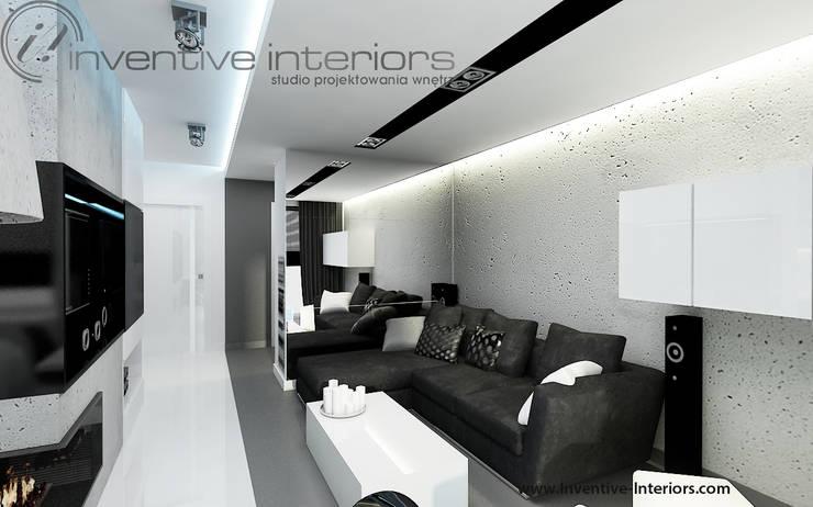 Czarna sofa w salonie: styl , w kategorii Salon zaprojektowany przez Inventive Interiors