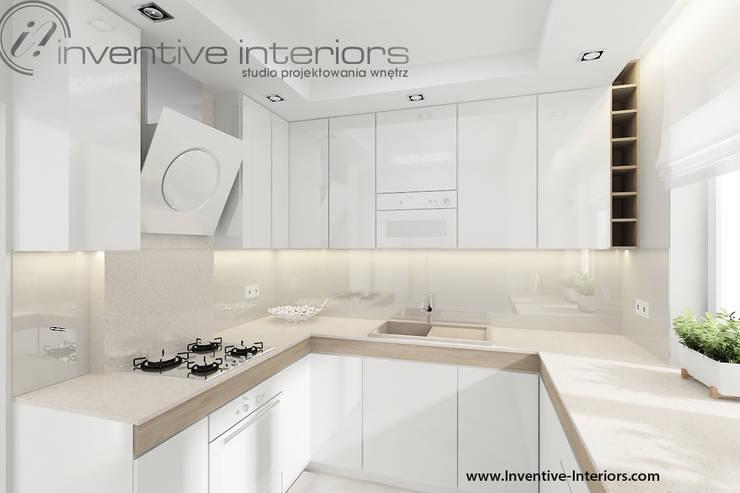 Biała kuchnia z drewnem: styl , w kategorii Kuchnia zaprojektowany przez Inventive Interiors,Nowoczesny