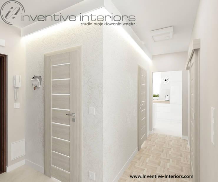 Biała tapeta w przedpokoju: styl , w kategorii Korytarz, przedpokój zaprojektowany przez Inventive Interiors,Nowoczesny