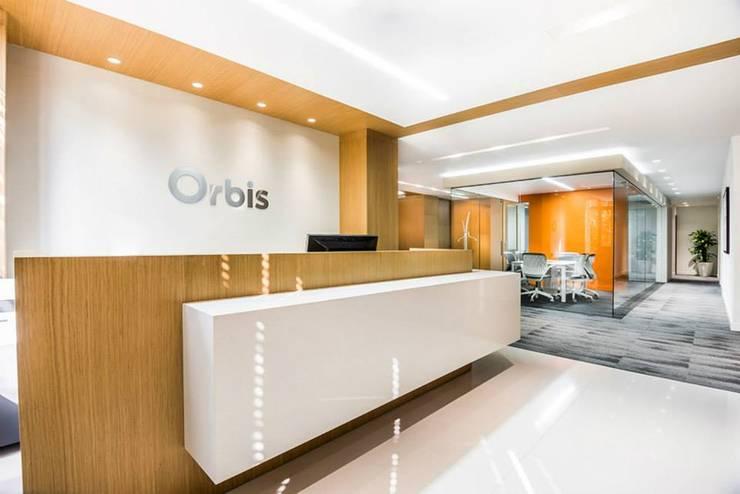 Orbis: Oficinas y Tiendas de estilo  por FR ARQUITECTURA SAS, Clásico