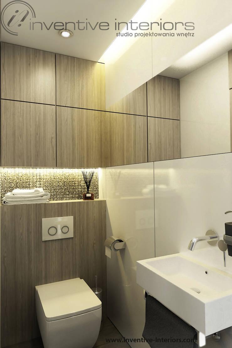Mała łazienka - biały lacobel i jasne drewno: styl , w kategorii Łazienka zaprojektowany przez Inventive Interiors,Nowoczesny Drewno O efekcie drewna