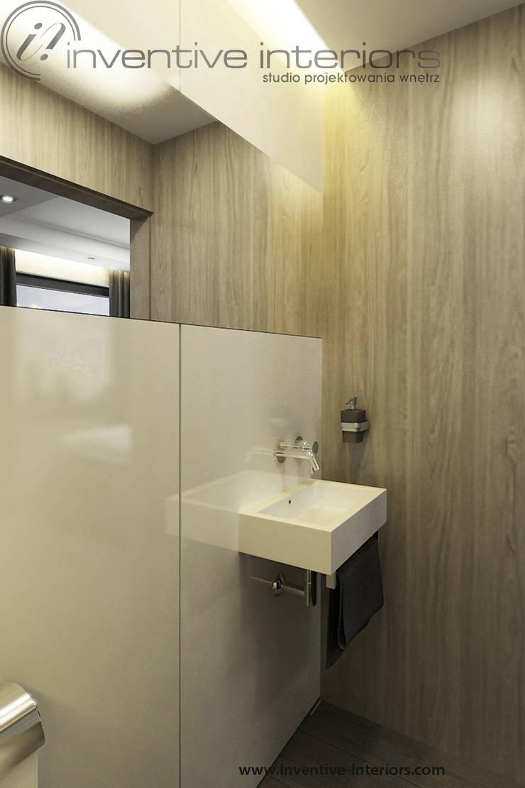 Mała łazienka - biały lacobel i jasne drewno: styl , w kategorii Łazienka zaprojektowany przez Inventive Interiors,Nowoczesny Szkło