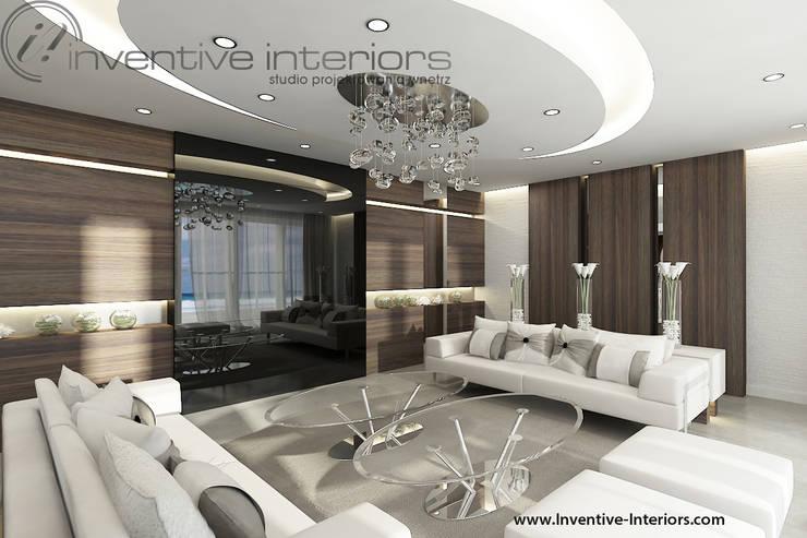 INVENTIVE INTERIORS - Dom z widokiem: styl , w kategorii Salon zaprojektowany przez Inventive Interiors,Klasyczny Drewno O efekcie drewna
