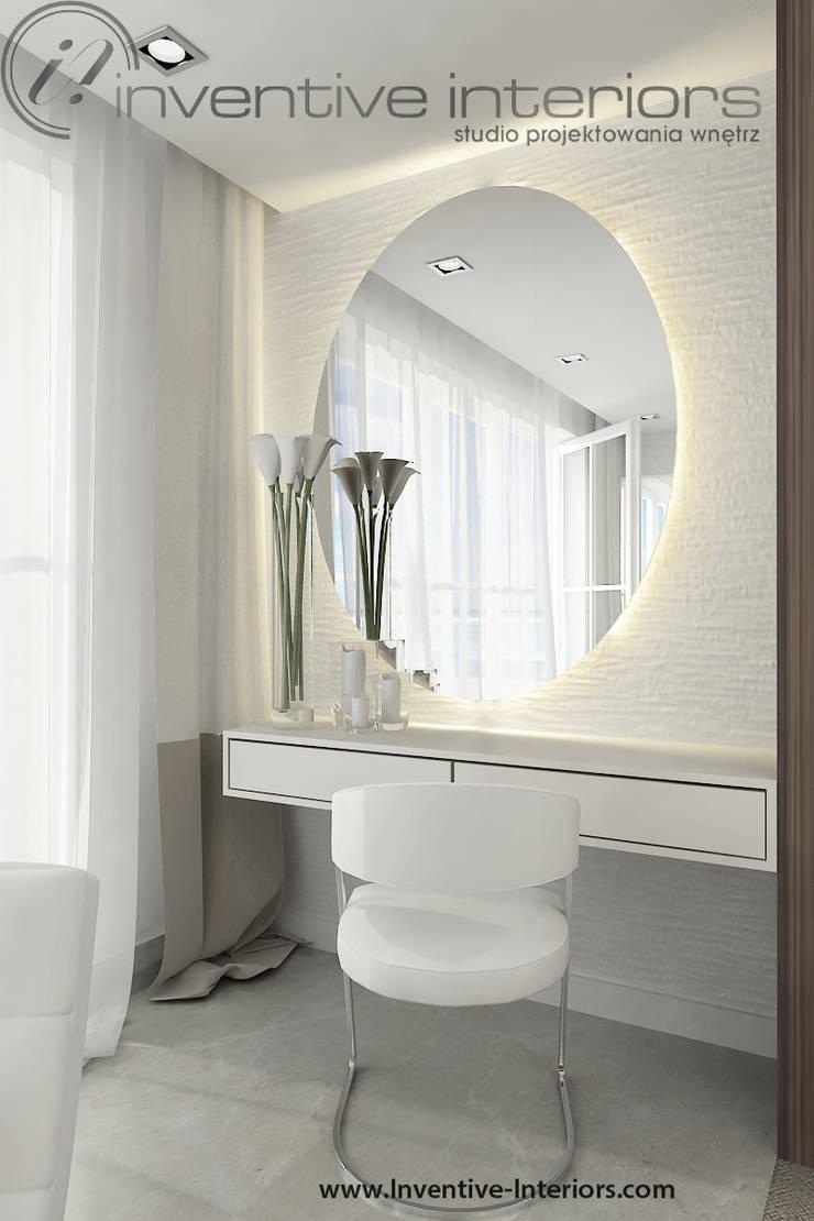 Toaletka z owalnym lustrem: styl , w kategorii Sypialnia zaprojektowany przez Inventive Interiors,Nowoczesny