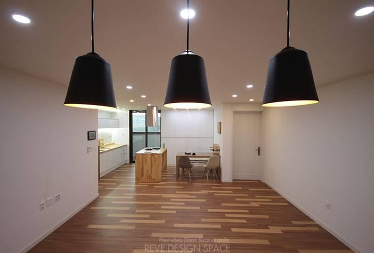 동탄아파트인테리어 능동 푸른마을두산위브 33평 인테리어: 디자인스튜디오 레브의  다이닝 룸