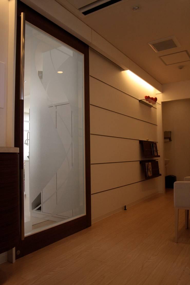 待合室2 Waiting room No2: ASut Designが手掛けた窓&ドアです。