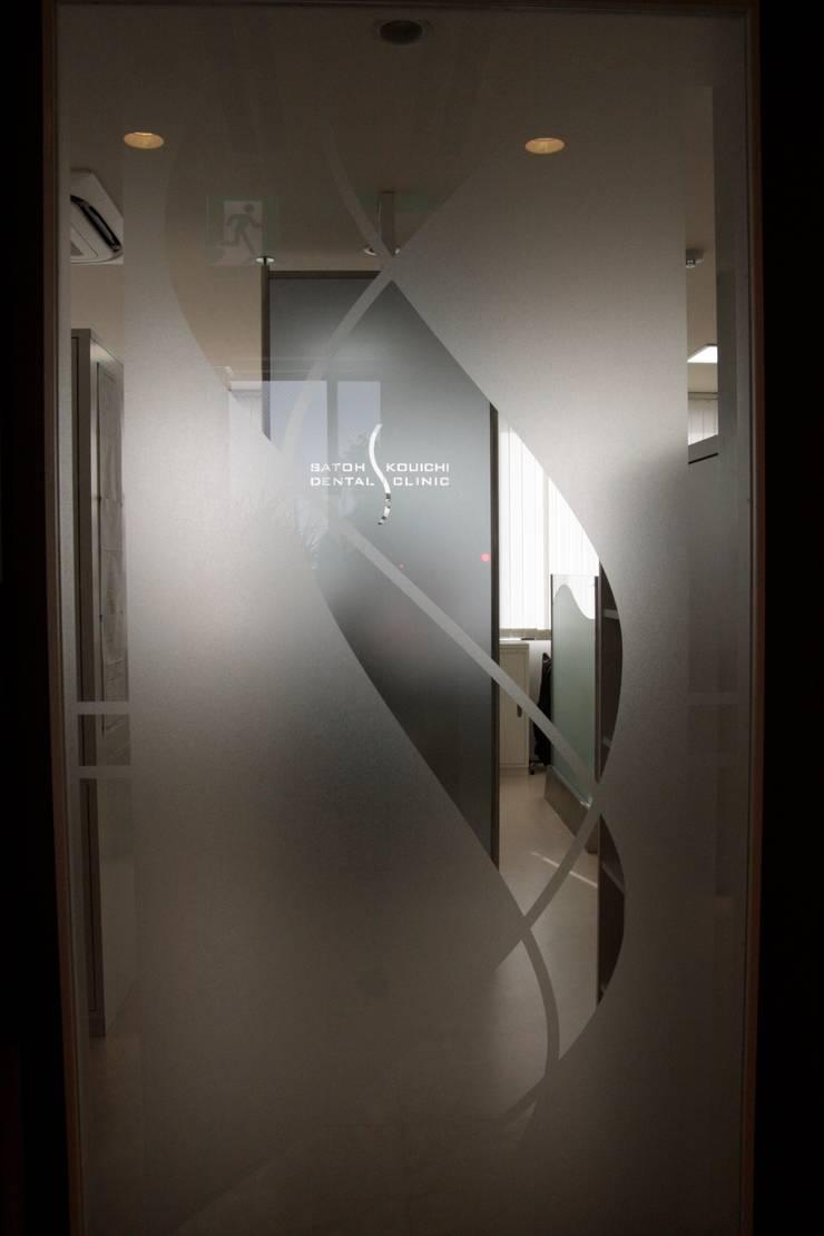 待合室 ステンシル扉 Waiting room _Cutting sheet design door_: ASut Designが手掛けた窓&ドアです。