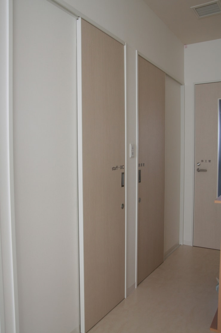 スタッフ扉と廊下 Staff door & Corridor: ASut Designが手掛けた窓です。