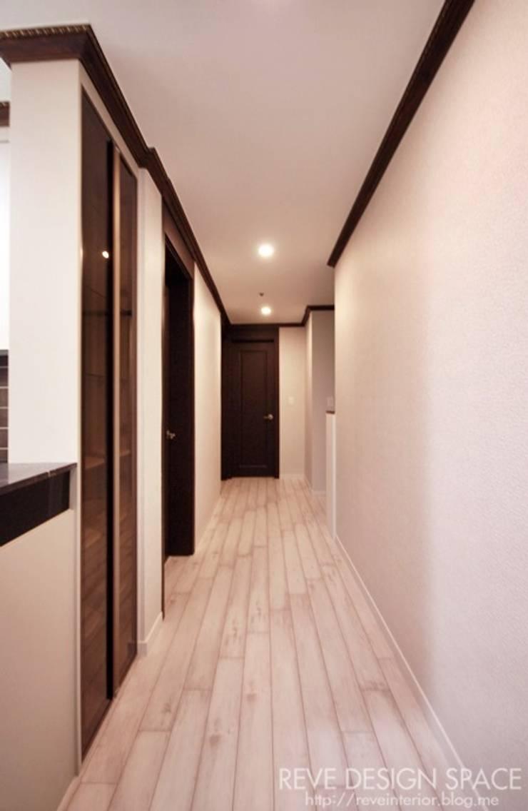 동탄아파트인테리어 능동 푸른마을두산위브 30평 인테리어: 디자인스튜디오 레브의  복도 & 현관