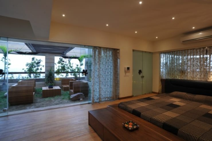 LIVING WITH NATURE:  Bedroom by Archana Shah & Associates