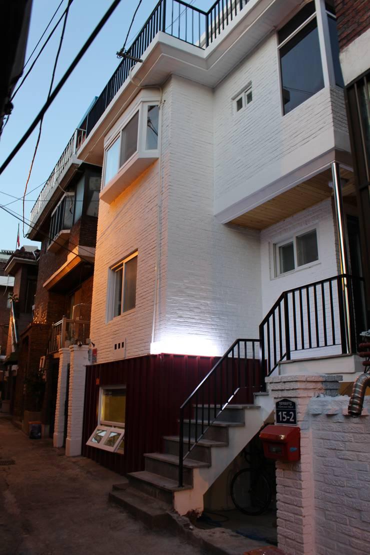 답십리 주택: atelier mandlda의  주택