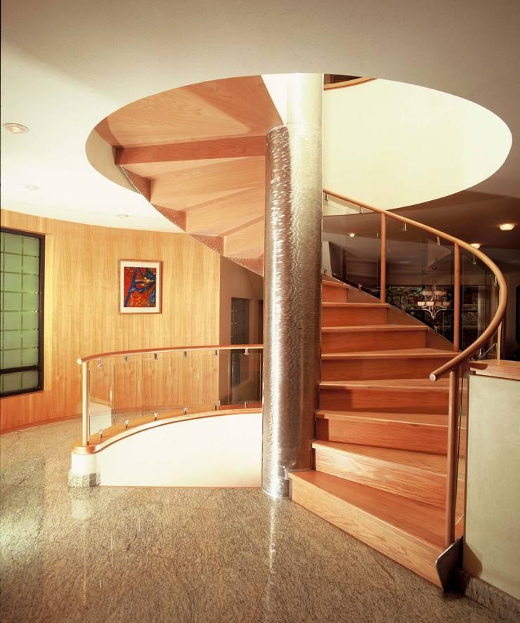 CASA LAURELES: Pasillos y recibidores de estilo  por Diseño Integral En Madera S.A de C.V.