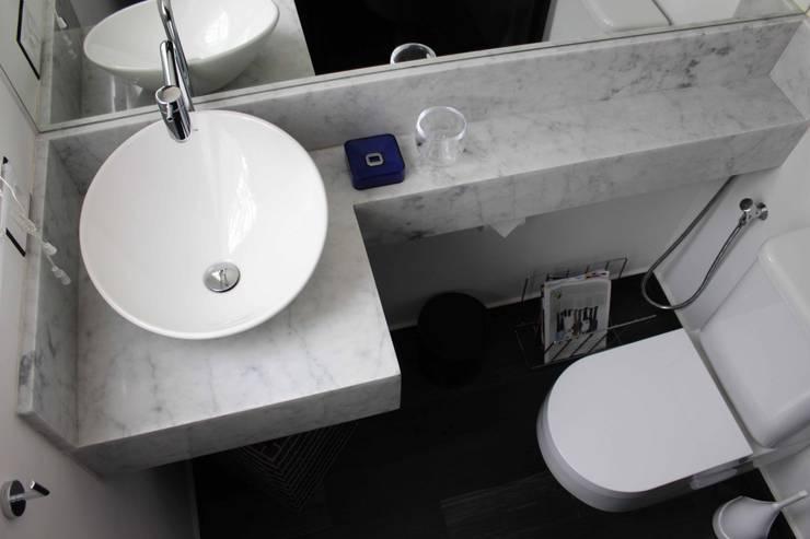 Bathroom by Lia Sakamoto Arquitetura,