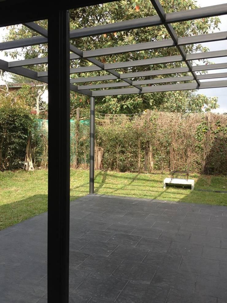 Casa Gualanday: Jardines de estilo moderno por Andres Hincapie Arquitectos